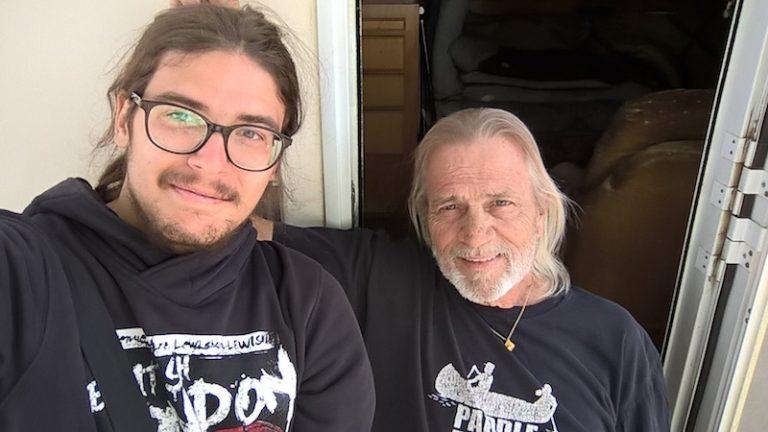 Emanuele a Steve, chlapík v Nevadské poušti.
