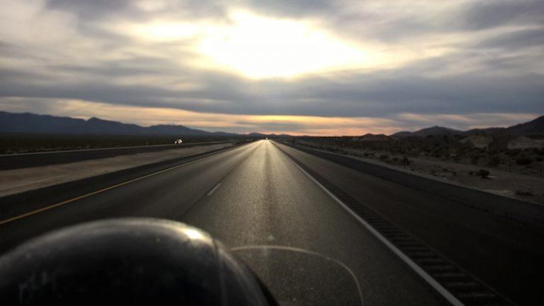 Jízda na motorce přes Nevadskou poušť
