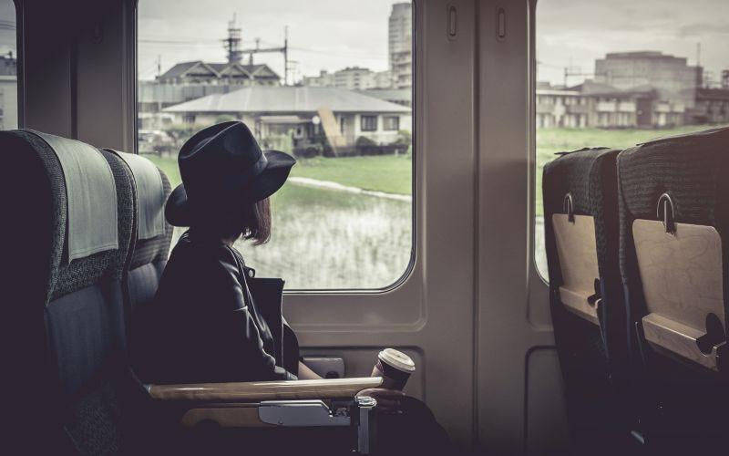 Žena s kávou vo vlaku