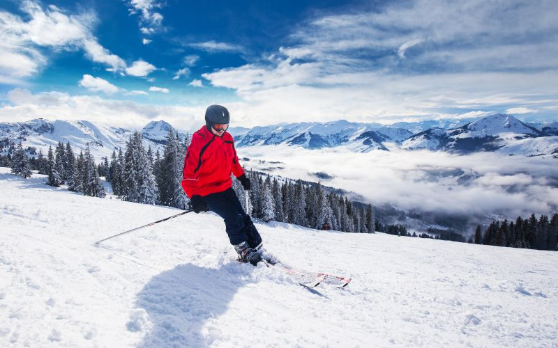 Lyžař na horách